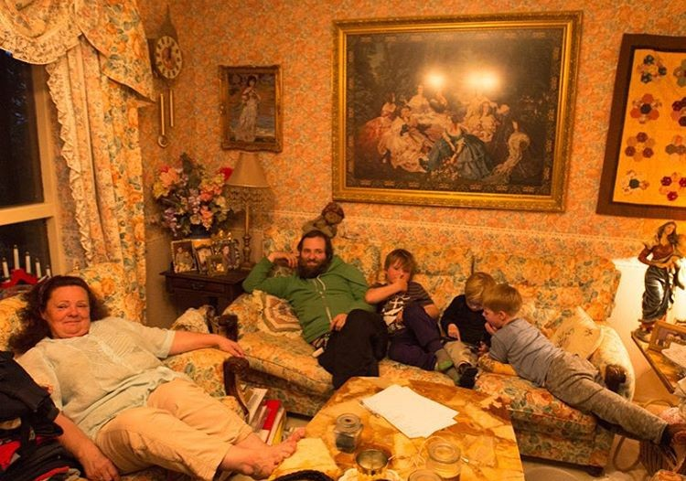 Relaxing after dinner in the Minni-Mástanga farmhouse living room